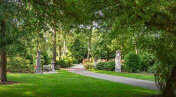 cemitério verde simbolizando a relação de cremação e sustentabilidade