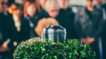 Na imagem vemos uma cinerária. Descubra quanto custa a cremação no artigo!