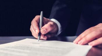 Vemos um homem assinando documento. Saiba a diferença de inventário e testamento!